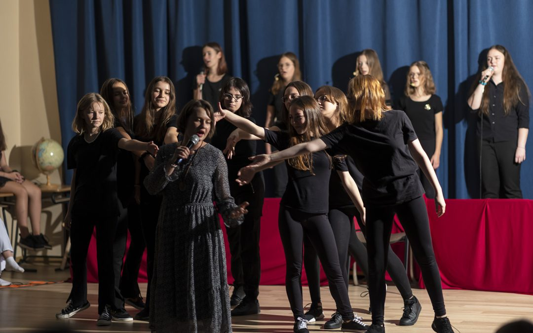 """Musical """"Przemiana"""" uświetnił obchody Dnia Edukacji Narodowej w naszej szkole"""